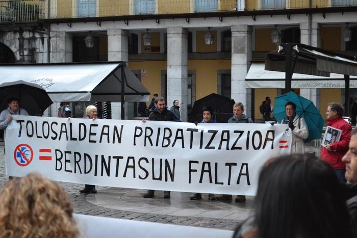 Protesta goiztiarra egin du TOPAk, Asuncionek antolatutako mintegiaren irekieran