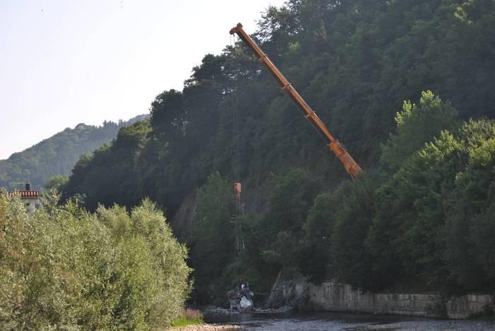 GI-2133 itxita dago, atzo istripua izandako kamioia ibaitik ateratzen ari dira