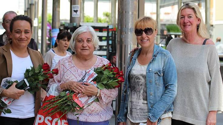 Maria Luisa Arijak arrosak banatu ditu Villabonako merkatuan