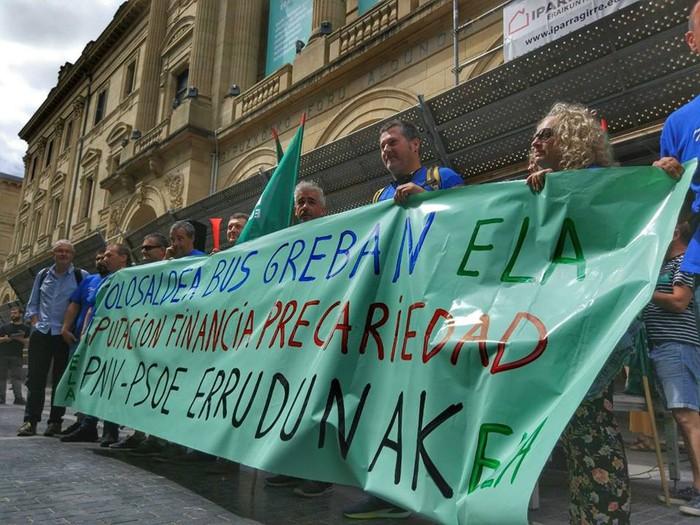 Tolosaldea Buseko langileek elkarretaratzea egin dute Donostian