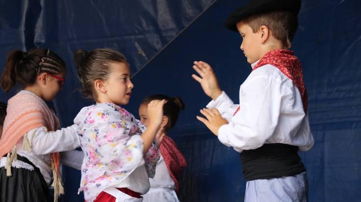 Sutarri dantza taldearen emanaldia