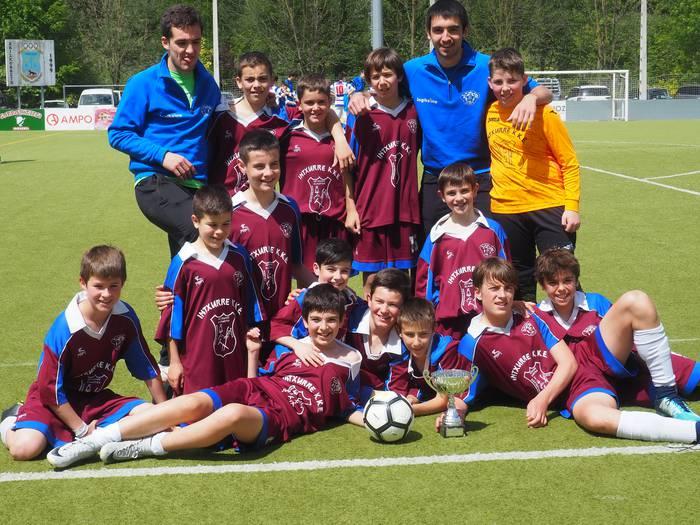 Intxurre Futbol Taldeak beste urte batez Idiazabalgo infantilen torneoa irabazi du