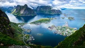 Norvegiako fiordoetan barna