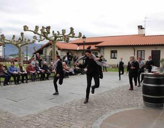 Emakumeek dantzan jarri dute Orendaingo plaza