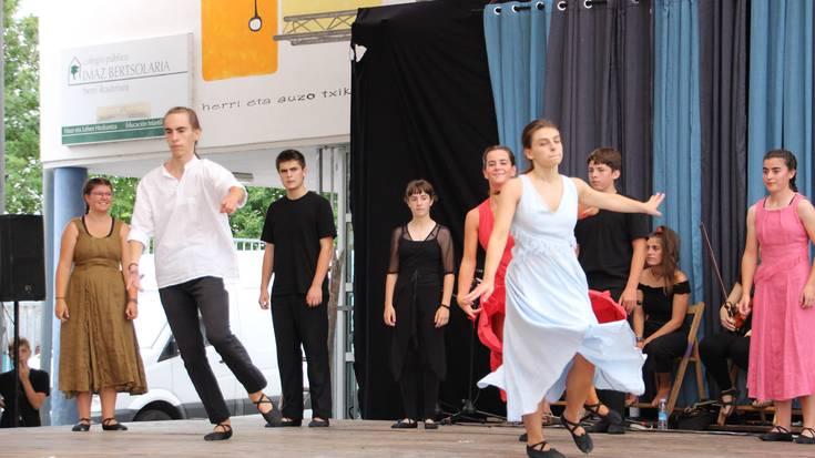 Artea dantza taldearen emanaldia, zuzeneko musikarekin