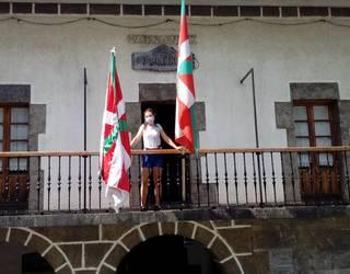 Ane Zelaia arraunlaria, irabazitako bandera batekin udaletxean