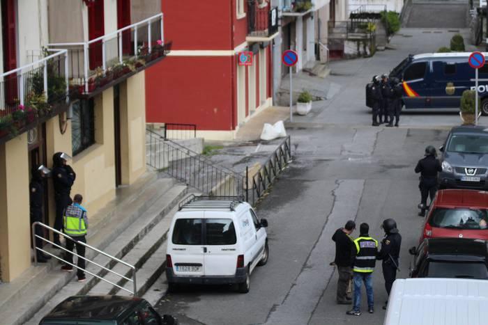 Polizia Nazionala Lizartzako etxebizitza batean izan da miaketak egiten