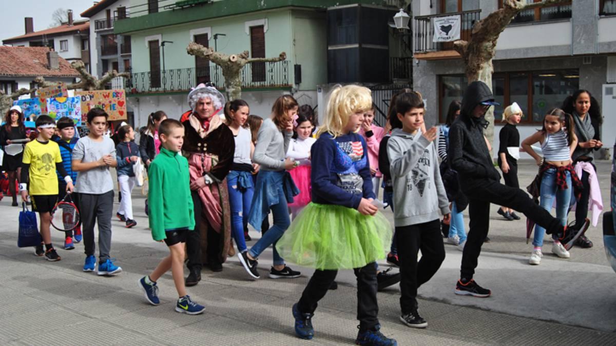 Mozorro desfilea eskolatik plazara bitartean
