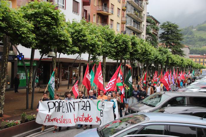 Papergintzako langileak kalera atera dira protesta egitera