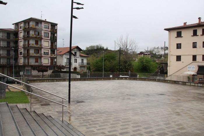 Iraileko festak igaro ondoren estaliko dute Joxe Arregi plaza
