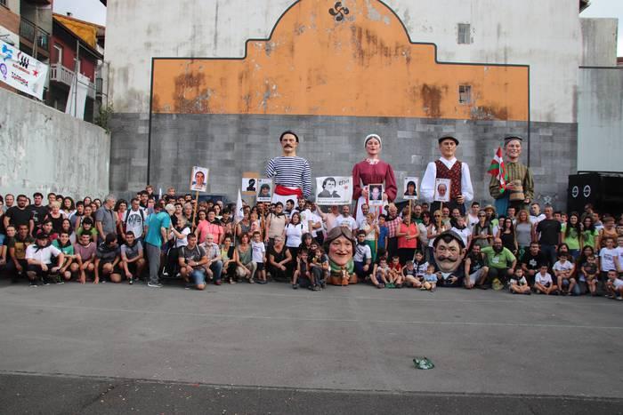 Presoen aldeko ekimenak Santio festetan