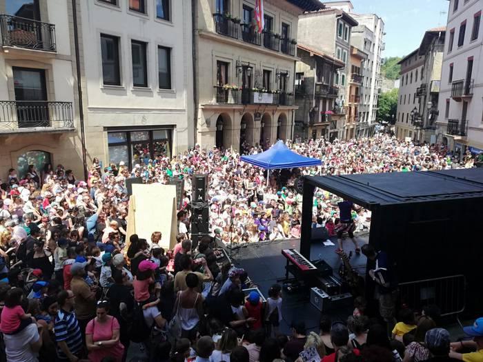 [BABESTUTAKO EDUKIA] Euskal Eskola Publikoaren festak arrakasta handia izan du