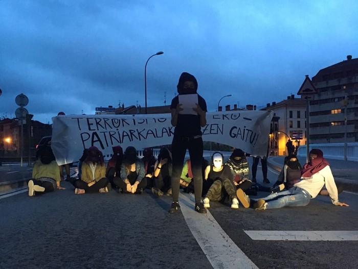 Protesta egin dute emakumeen erailketak salatzeko