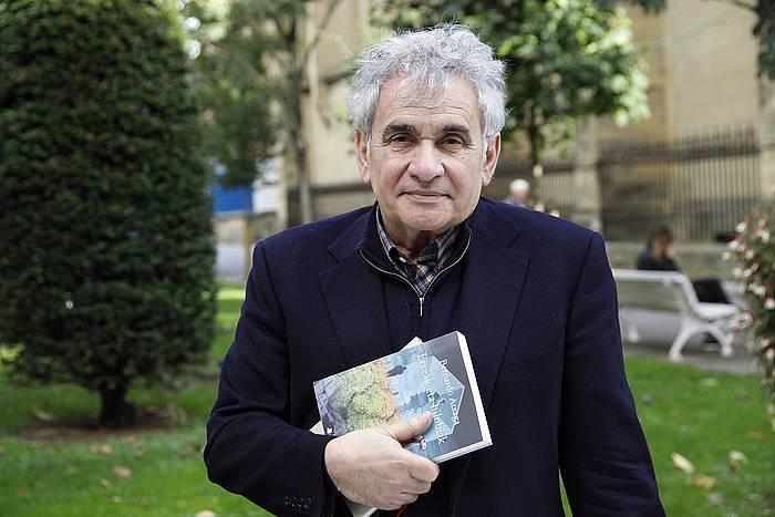 Nobela berria aurkeztu du Atxagak: 'Etxeak eta hilobiak'