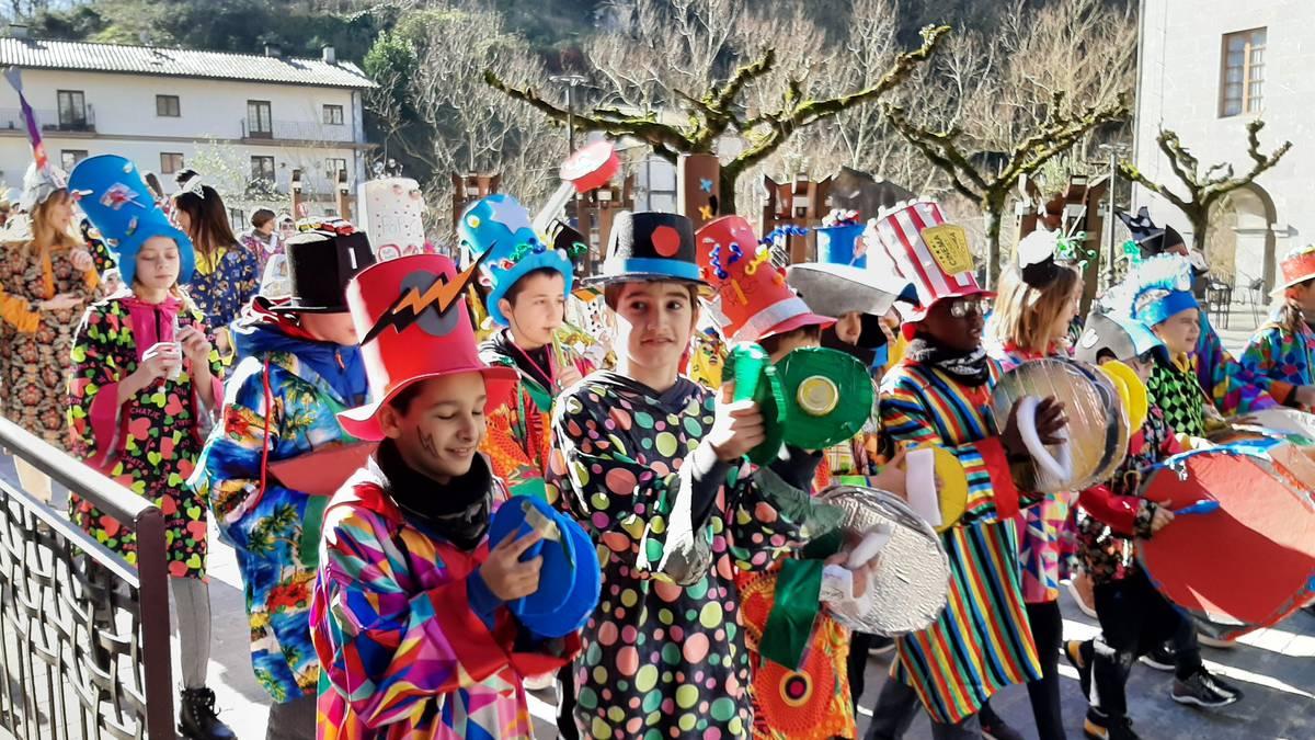 Txapel desfilea eguna alaitzeko