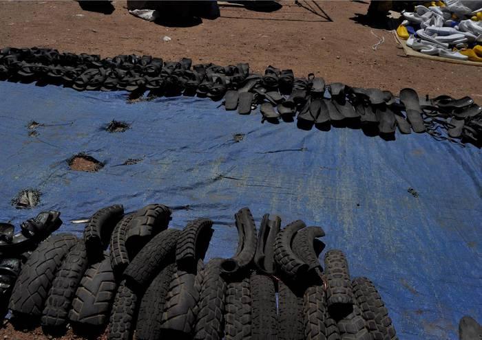 Gurpilak berrerabiltzen sandaliak egiteko tanzanian