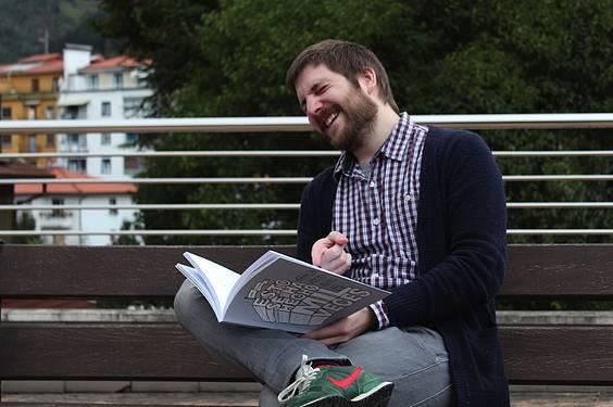 Xabi Tolosa: «Aiton-amonek aspaldiko abenturak kontatzean egiten dutena egiten dut»