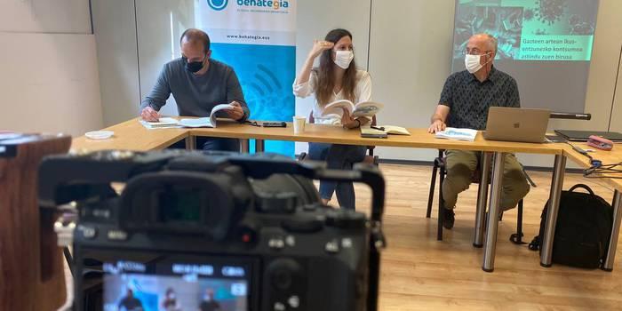 Behategiak 'Euskal hedabideen urtekaria 2020' lana aurkeztu du